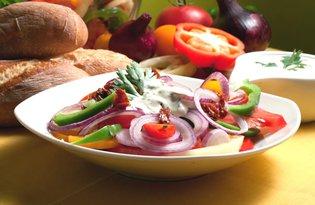 Kolorowa sałatka z sosem pietruszkowym