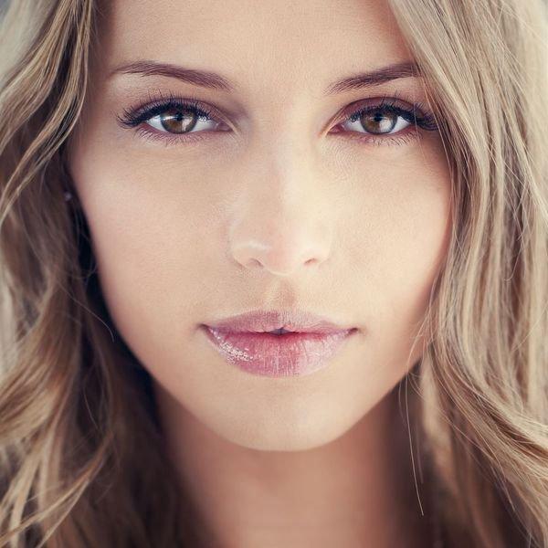 10. Modelowanie twarzy makijażemRysy twojej twarzy mogą wyglądać jeszcze lepiej niż w naturze, jeśli zastosujesz kilkaprostych sztuczek makijażowych. Istotne jest jedynie to, abyś określiła kształt swojej twarzy,bo nie każdy makijaż będzie odpowiedni dla okrągłej czy kwadratowej twarzy.