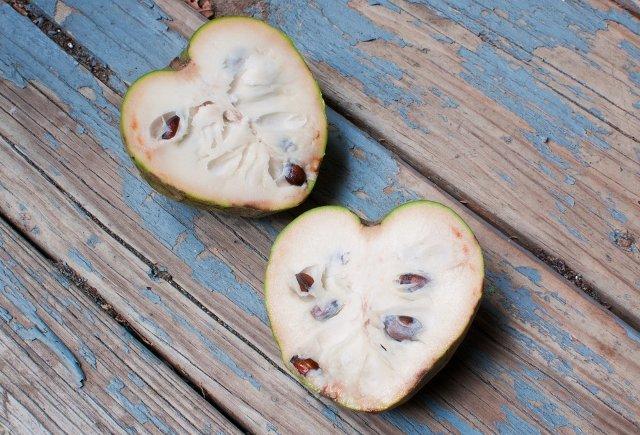 10. CherimoyaTen owoc w kształcie serca jest szorstki na zewnątrz, ale sam miąższ jest delikatny i kremowy. Dojrzała cherimoya topołączenie smaków ananasów i bananów.