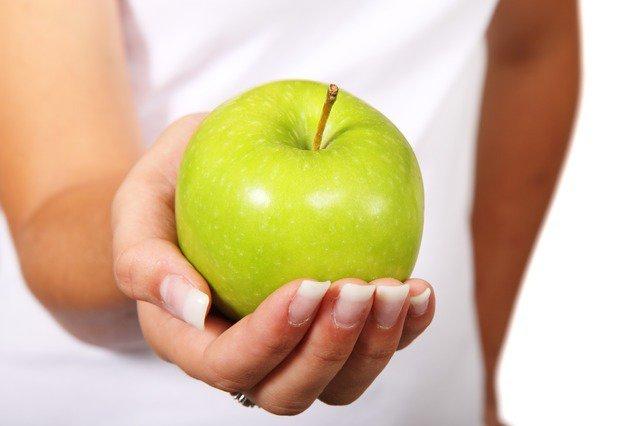 11. Modne dietyCiągle jesteśmy bombardowani najnowszymi dietami, które rzekomo pozwolą szybko stracić na wadze. Są diety bezwęglowodanów, niskotłuszczowe i cytrynowy detoks. Ciągle słyszymy też zasady: nie jeść białego pieczywa, nie pićkawy, jeść same jabłka. Lista wydaje się nie mieć końca, ale co z tego wszystkiego jest prawdą? Czytaj dalej, aby siędowiedzieć.