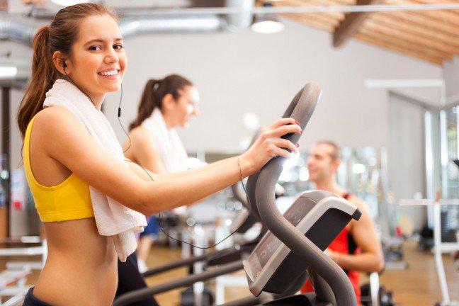 7. Nastawienie to podstawaProfesjonalni trenerzy zdają sobie sprawę z tego, że sukces to nie tylko działanie, ale także sposób myślenia o nim. Z tego względu wielu z nich zadba zarówno o czysto techniczny aspekt ćwiczeń, jak i o stan własnego umysłu. Pozytywne nastawienie dodaje sił podczas treningu – nawet tego bardzo intensywnego. Sam wysiłek fizyczny jest okazją do tego, by przełamać złą energię i wyładować wszystkie negatywne emocje, które kumulują się w nas w wyniku różnych stresowych i konfliktowych sytuacji.