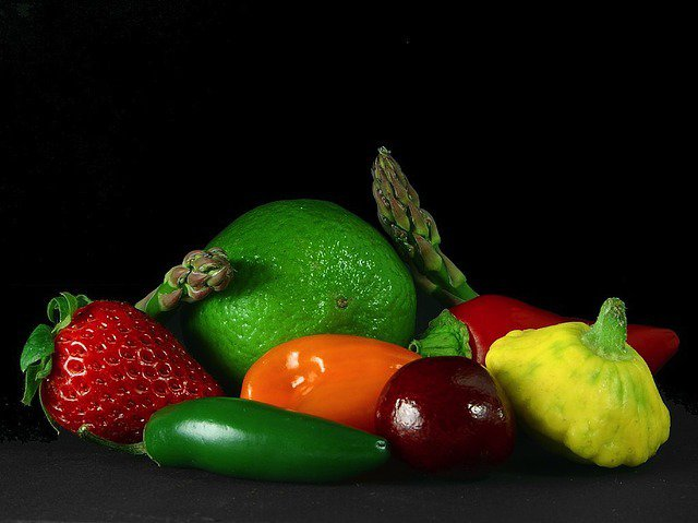 10. Produkty spożywcze a przemiana materiiIstnieje grupa żywności, która stymuluje pracę układu pokarmowego, a tym samymwspomaga odchudzanie. Chociażby z tego względu warto ją uwzględnić w codziennej diecie.