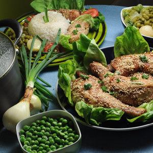 Kurczak w sezamie z zielonym groszkiem