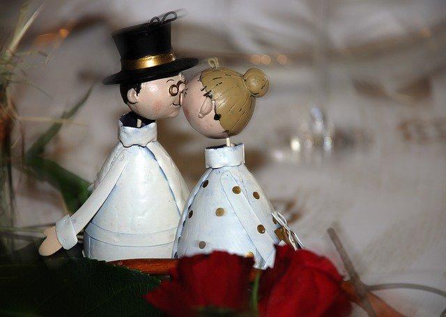 9. Związek jest jak roślinaPodobnie jak roślina, związek wymaga codziennej pielęgnacji i uwagi, aby być zdrowym. Szczęśliwe małżeństwoto dwoje ludzi, którzy bardzo się kochają i zobowiązują się do wyciągania z siebie najlepszych cech oraz wsparciaw problemach. Szczęśliwe małżeństwo to też pozytywna energia i wdzięczność. Niektóre nawyki mogą zniszczyćten pozytywny klimat, np. narzekanie na niewyniesione śmieci lub nieprzygotowany obiad. Inne negatywne nawykito krytyka, sarkazm, pogarda, przewracanie oczami i dystansowanie się. Istnieją jednak pozytywne nawyki, któreutrzymują przyjemny klimat– oto przykłady.