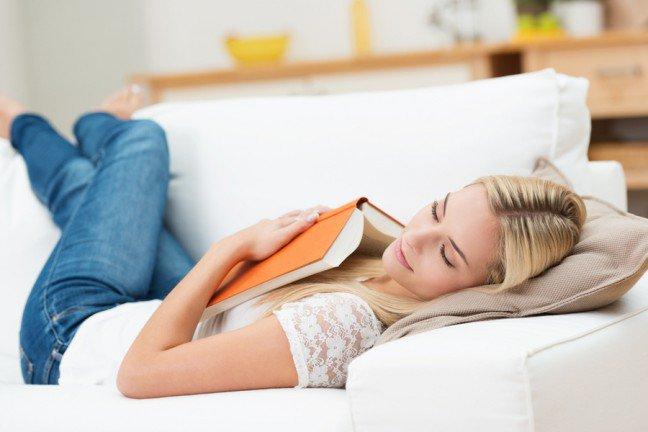 9. Drzemka lekiem na całe zło?                                                     9. Drzemka lekiem na całe zło?                                                                                                             Wszyscy wiemy, że powinniśmy spać 7-8 godzin dziennie, aby czerpać zalety zdrowotne, jednak wielu z nas nie stawiasnu na pierwszym miejscu. W takim wypadku drzemka może być wyjściem z sytuacji.Drzemka ma kilka zalet – badania pokazały, że krótki sen może pomóc w koncentracji, zwiększyć kreatywność i produktywność, zmniejszyć stres i poprawić nastrój. Jeśli masz czas na godzinną drzemkę, poprawi ona pamięć i zdolność uczenia się. Wiele sławnych osób polega na drzemkach, aby odświeżyć umysł i ciało, kiedy przychodzi uczucie zmęczenia.
