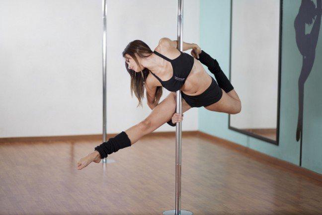 8. Pole dancePole dance nie jest już praktykowany tylko w klubie nocnym czy w sypialni – stał się trendy w świecie fitness.Pole dance to trening całego ciała: rozciąganie, spalanie tłuszczu i trening siłowy. Wstydzisz się tańca na rurze?Niepotrzebnie. Wypróbuj coś nowego, a zobaczysz, że z czasem staniesz się pewniejsza siebie i swobodniejpoczujesz się we własnej skórze. Pole dance nauczy cię sztuczek, które sprawią, że poczujesz się sexy.