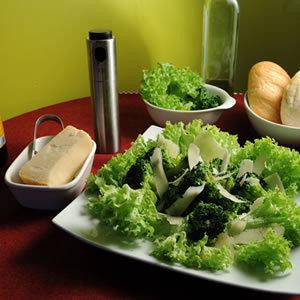 Sałatka na ciepło z brokułów z parmezanem