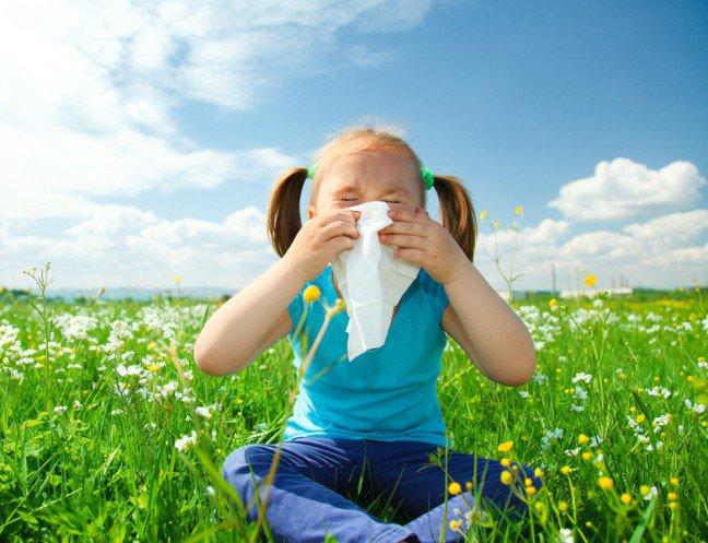 12. Wzrasta liczba dzieci z alergiąKłopoty z alergią są jednym z najbardziej powszechnych problemów zdrowotnych polskich dzieci. Dlatego coraz bardziejistotne jest, aby mieć wiedzę na temat wychowywania dziecka, które ma alergię. Najważniejsze, aby każdy rodzic wiedział, co to sąalergie na czynniki obecne w domu lub czynniki zewnętrzne oraz alergie pokarmowe.
