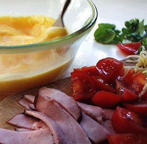 Omlet z pomidorami, bazylią i szynką