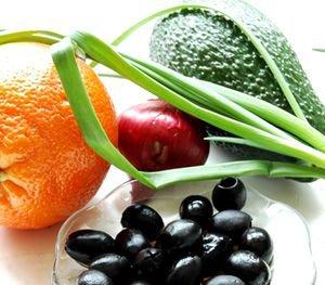 Awokado i pomarańcza z czarną oliwką
