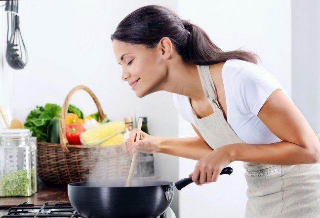 7. GotowanieWymyślanie nowych przepisów i odkrywanie smaków może być naprawdę ekscytujące. Początkujący kucharze powinni zacząć od prostych przepisów znalezionych na blogach kulinarnych. Po przyrządzeniu kolacji warto zaprosić gości – wspólny posiłek to świetna metoda na relaks.