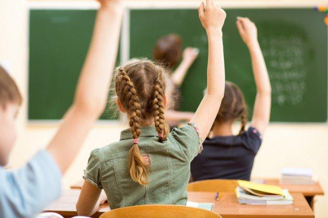 9. Witaj szkoło, witajcie wirusy                                                     9. Witaj szkoło, witajcie wirusy                                                                                                             Jesień to czas, kiedy dzieci wracają do szkoły oraz kiedy zaczyna się sezon przeziębień. Wirusy, które powodują przeziębienie tojedne z najczęstszych przyczyn zachorowań dzieci – może to się stać aż 8 razy do roku. Nie można zamknąć dzieci w domu,aby chronić je przed chorobą, istnieją za to pewne sposoby na to, żeby przetrwały sezon przeziębień.