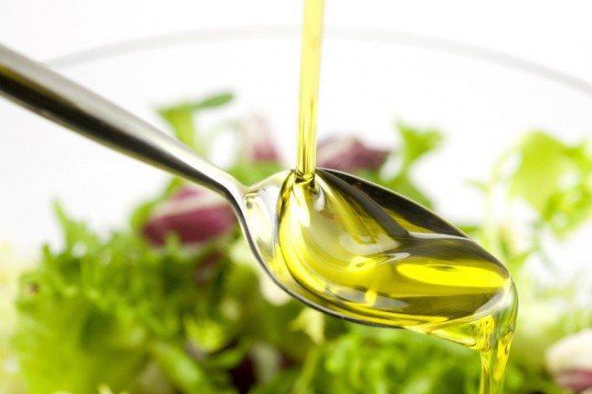 8. Oliwa z oliwekOliwa z oliwek to jeden z najczęstszych produktów, którego jakość jest obniżana, zwłaszcza jeśli chodzi o oliwę zoliwek extra virgin. Produkty sprzedawane jako oliwa z oliwek okazują się olejami sojowymi, słonecznikowymilub rzepakowymi. Niektóre produkty to oliwa z oliwek rozcieńczona tymi olejami. Aby zmniejszyć szanse kupieniafałszywej oliwy z oliwek, należy szukać nazwy producenta, kraju pochodzenia i daty zbioru, które zapewniąszczegółowe informacje na temat wyprodukowanej oliwy. W przypadku organicznej oliwy z oliwek również jestmniejsze prawdopodobieństwo oszustwa.