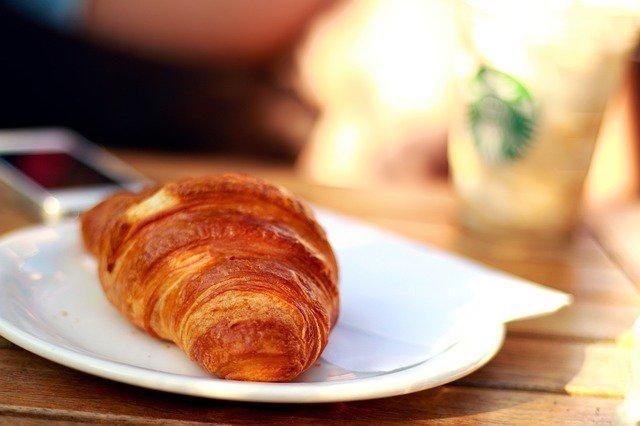 7. Jedz regularnieGdy obudzisz się zjedz pierwszą, lekką przekąską. Następnie spożywaj posiłki regularnie co 2-3 godziny.