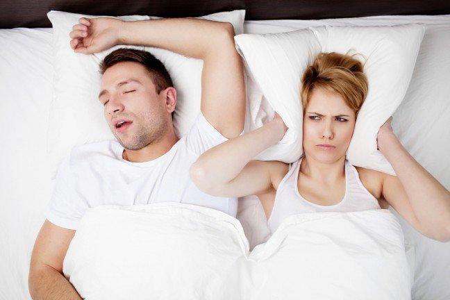 8. Rozpoznaj problemPierwszym krokiem do zwalczenia chrapania jest uświadomienie mężowi istnienia problemu. Jeżeli nie dowierza, nagraj dźwięki wydawane przez niego w czasie snu.