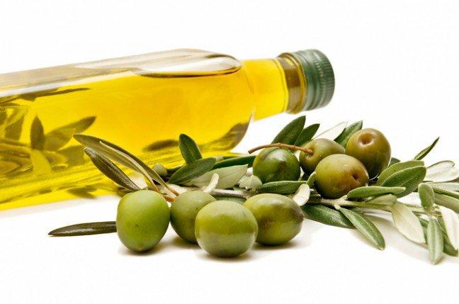 11. Zalety oliwy z oliwekDieta śródziemnomorska, w której często używana jest oliwa z oliwek extra virgin, ma niską zawartość cholesterolu i powoduje mniej przypadków chorób serca i otyłości. Przeciętny Grek spożywa 20 litrów oliwy z oliwek rocznie wporównaniu do przeciętnego Polaka – roczne spożycie oliwy z oliwek na jednego mieszkańca wynosi u nas mniej niż 1 litr.Jakie są zalety tego boskiego nektaru i na jakie obszary wpływa?