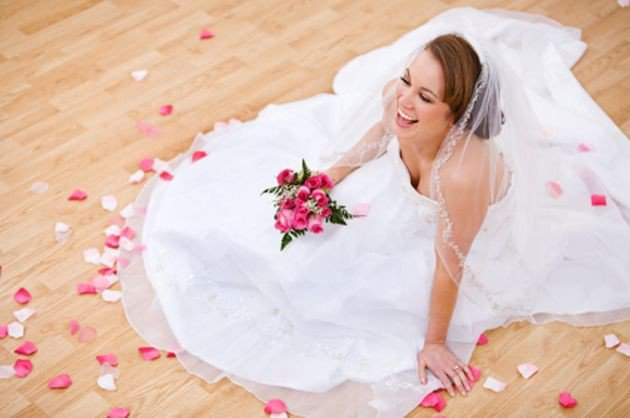 """e493929492 Firma """"Prawie jak ślub"""" ma dość kontrowersyjną ofertę przedstawień ślubnych.  Kto z nich korzysta i kto się na nie nabiera  Podobno grunt to pomysł na  biznes ..."""