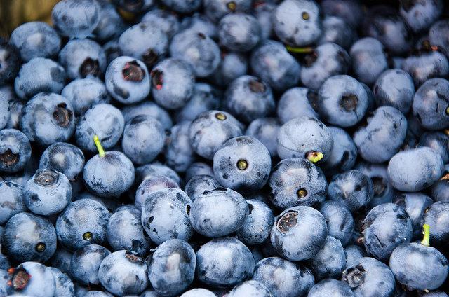 12. Antyoksydanty i starzenie sięJedz pokarmy bogate w antyoksydanty, by walczyć z wolnymi rodnikami, które przyczyniają się do procesu starzenia. Antyoksydanty znajdują się w kolorowych warzywach i owocach, takich jak pomidory, jagody czy buraki. Dla zrównoważonej diety oraz zmniejszenia ryzyka ataku serca i rozwoju raka, jedz je co najmniej pięć razy w ciągu dnia.