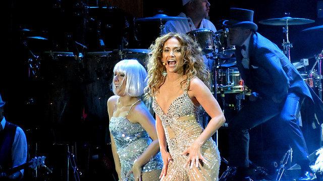 10. Jennifer Lopez                                                     10. Jennifer Lopez                                                                                                             J-Lo ma wysportowane ciało i piękną cerę, które są oznakami zdrowego stylu życia. Lopez zaczęła karierę jakotancerka, więc była zwolenniczką ćwiczeń, chociaż twierdzi też, że je wszystko, ale z umiarem. Pomimo tego luźnegopodejścia piosenkarka nie pali papierosów i nie pije alkoholu, ponadto udało się jej ukończyć triatlon po 7 miesiącach odporodu.