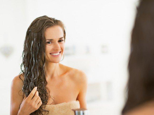 10. Składniki spożywcze dla zdrowia włosów?To oczywiste, że spożywana przez nas żywność ma ogromny wpływ na wygląd skóry iwłosów. Czy jednak wiedziałaś, że niektóre spośród typowych produktów spożywczychwykorzystywanych do przyrządzania posiłków, mogą zostać wykorzystane do domowejmaseczki na włosy?