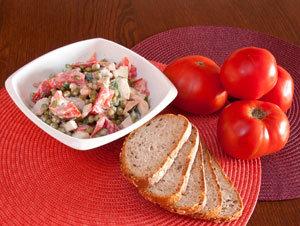 Sałatka ziemniaczana  z indykiem i pomidorami