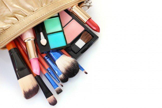 10. Co się kryje w kosmetyczce każdej kobiety?Każda kobieta posiada kosmetyczkę pełną kosmetyków i akcesoriów niezbędnych dopielęgnacji i korygowania urody. Zastanawiasz się, czy na pewno posiadasz wszystkieakcesoria niezbędne do wykonania makijażu?