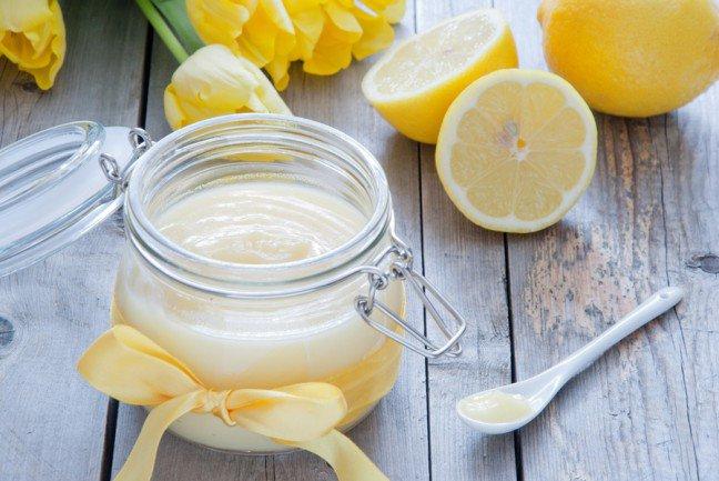 8. Luksusowy peeling cukrowyPeeling ten zawiera tylko 3 składniki, jest jednak niezwykle skuteczny. Dzięki niemu uzyskasz gładką skórę na cielelub twarzy bez dużego nakładu finansowego.