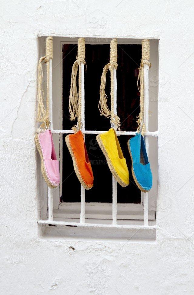 b0bd2747a8e29 Na szczęście trendy na ten sezon nam sprzyjają! Na wybiegach i ulicach  miast będą królować espadryle! Co to za buty? Jak i z czym je nosić?