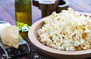 Serowy popcorn z dodatkiem oliwy truflowej