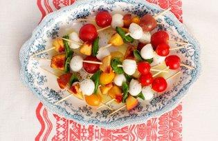 Szaszłyki z mozzarelli, pomidorków i brzoskwini