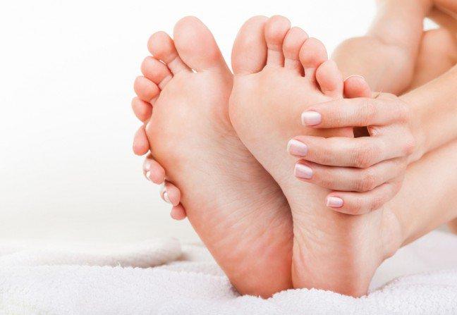8. Kąpiel w occieKąpiel w occie to jeden z najłatwiejszych sposobów na zniszczone i obolałe stopy. Napełnij misę ciepłą wodą i dodajdo niej filiżankę białego octu i nieco płynu do mycia naczyń. Po pół godziny kąpieli stopy powinny wyglądać nanawilżone i mniej opuchnięte. Stopy umyj po kąpieli.