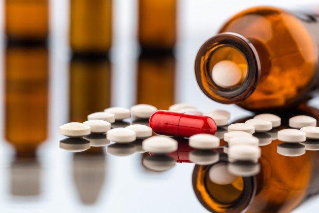 8. TabletkiPierwsze, co robią ludzie, gdy nadchodzi atak migreny, to połknięcie tabletki. Istnieje jednakwiele innych, naturalnych sposobów na to, by pozbyć się bólu głowy. Za pomocą ziół, medycynyalternatywnej czy prostych, domowych sposobów możesz kontrolować bóle głowy bez koniecznościsięgania po chemię.