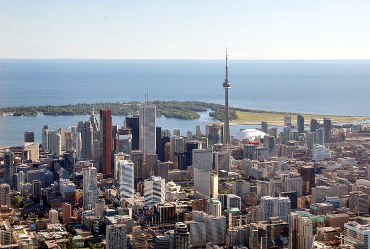 """Toronto (z języka Indian plemienia Huron """"miejsce spotkań"""") – najbardziej wielokulturowe miasto świata. Dewiza: Diversity Our Strength (Różnorodność Naszą Siłą)."""