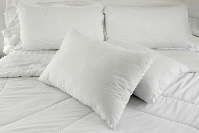 10. Połóż głowę na poduszceZgaga budzi cię w nocy? Kiedy śpisz na płasko, łatwiej jest kwasowi dostać się z żołądka do przełyku.Aby temu zapobiec, podkładaj dodatkową poduszkę, tak abyś podczas snu miał uniesioną głowę. Jeślito nie wystarczy, spróbuj podnieść podgłówek łóżka o kilka centymetrów.