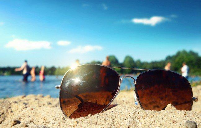 6. Promieniowanie UV może uszkodzić wzrokWiększość ludzi jest świadomych niekorzystnego wpływu promieniowania UV na skórę. Rzadko jednak pamiętamy o tym, że czynnik ten jest niezdrowy również dla naszych oczu. Może się on wręcz przyczynić do uszkodzenia wzroku. To dlatego właśnie tak ważne jest noszenie okularów przeciwsłonecznych.