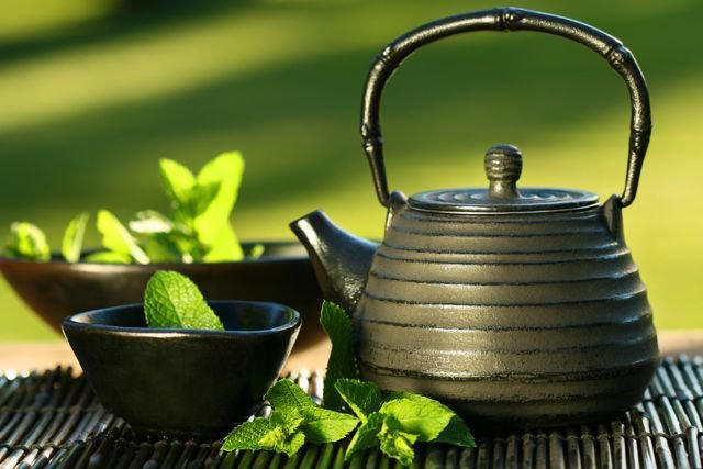 11. Herbata zielonaJak dowodzą badacze, polifenole znajdujące się w tej herbacie mogą odgrywać ważną rolę w zapobieganiu wielu schorzeniom, takim jak nowotwory. W innych badaniach udowodniono, że regularne spożywanie naparu może chronić przed śmiercią w wyniku chorób serca lub udaru, a także hamować utratę zdolności poznawczych. Używanie zielonej kompresu pomaga zredukować przebarwienia spowodowane trądzikiem.