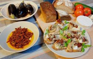 Grzanki z grzybami, serem i suszonymi pomidorami