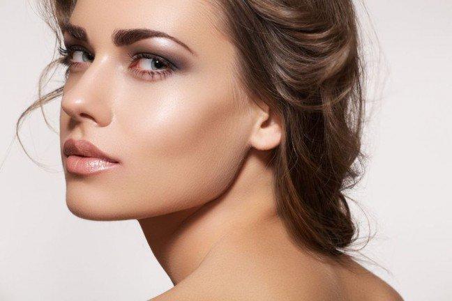 10. Zadbane brwi, a ogólny wygląd twarzyNawet najbardziej doskonały makijaż twarzy nie będzie się idealnie prezentować wówczas,gdy twoje brwi będą zaniedbane i niewyregulowane. Warto regularnie dbać o ten drobnyelement twarzy. Jedynie wtedy możliwe jest uzyskanie naprawdę perfekcyjnego wyglądu.