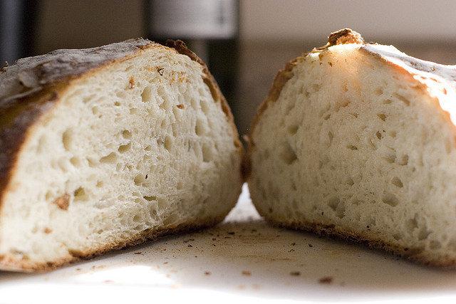 10. Czy lepiej zrezygnować z pieczywa będąc na diecie odchudzającej?Miłośnicy chleba często cierpią na dietach odchudzających, gdyż często zalecają onecałkowitą redukcję pieczywa z codziennego jadłospisu. Mówi się, że węglowodany zawartew pieczywie sprzyjają przybieraniu na wadze ciała. W rzeczywistości dotyczy to tylko iwyłącznie węglowodanów prostych zawartych w żywności przetworzonej, czyli białegopieczywa, takiego jak bułeczki czy chleb.