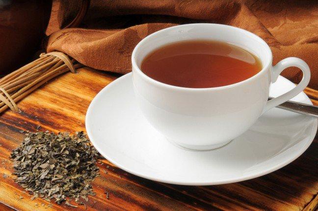 6. Dobroczynny wpływ herbatyWszyscy wiedzą, że w herbacie znajdują się dobroczynne składniki zapobiegające wielu chorobom. Badania pokazują,że herbata może zapobiec zapaleniu stawów, udarom, próchnicy, a nawet rakowi. Co więcej, pomoże ci schudnąć, gdyż herbata jest źródłem składników, które zwalczają wchłanianie się tłuszczu w organizmie.