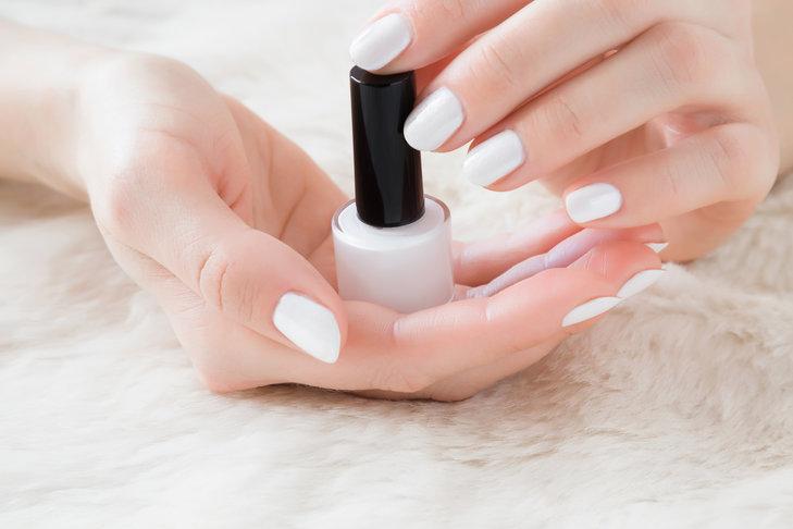 Biały lakier do paznokci jest elegancki i dosyć uniwersalny