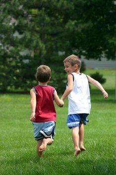 dzieci biegną