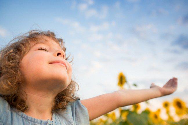 8. Czy migrena występuje u dzieci?Migrena zazwyczaj kojarzy się nam z problemem występującym tylko u dorosłych. Ale dziecirównież cierpią na migrenę. Intensywne bóle głowy mogą być związane z niektórymi zaburzeniamizachowania. Migrena może rozpocząć się w każdym wieku. Przed 7 rokiem życia zazwyczaj zaczynasię u chłopców, po okresie dojrzewania u dziewcząt.