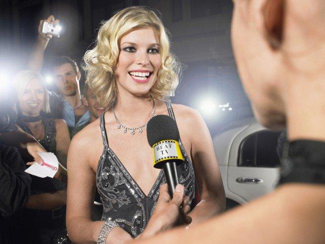 10. Hollywoodzki uśmiechZastanawialiście się kiedyś, jak gwiazdy uzyskują piękny śnieżnobiały uśmiech? Specjaliści od kosmetyki dentystycznejzdradzają, co sprawia, że uśmiech wyróżnia się z tłumu. Jako że nie śledzimy gwiazd już tylko ze względu na najnowszetrendy w modzie, chcemy również wiedzieć, co sprawiło, że mają tak idealne zęby.