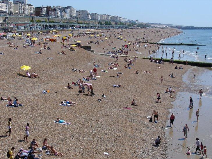 Plaża w Brighton – latem okupowana przez turystów i mieszkańców, wieczorami zaskakuje pięknym widokiem zachodzącego słońca; jest kamienista, choć w czasie odpływu odsłania się jej piaszczysta część.