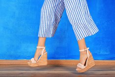 Buty na koturnie pasują do wielu stylizacji.