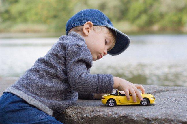 9. Ulubione zabawkiMali chłopcy uwielbiają zabawkowe samochody, samoloty i pociągi, a właściwie wszystko,co jeździ, lata, pływa czy kopie w ziemi. Ani się obejrzysz, jak będziesz stała na placubudowy, przyglądając się z malcem dźwigom i koparkom, a przy twojej wannie zagościkolekcja łódek.