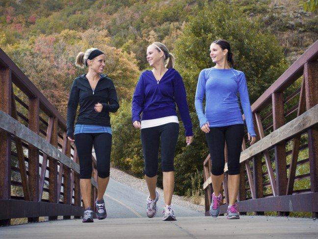 10. Chodzenie może wspomóc walkę z nadmiernymi kilogramami?To oczywiste, że skutecznym sposobem na redukcję masy ciała jest bieganie. Niemniejjednak nie każdy z nas może się podjąć wykonywania tej czynności. Warto jednak wiedzieć,że sporą ilość kalorii można spalić również w trakcie chodzenia. Zastanawiasz się, w jakisposób chodzić, aby uzyskać jak najwięcej korzyści dla wagi ciała?