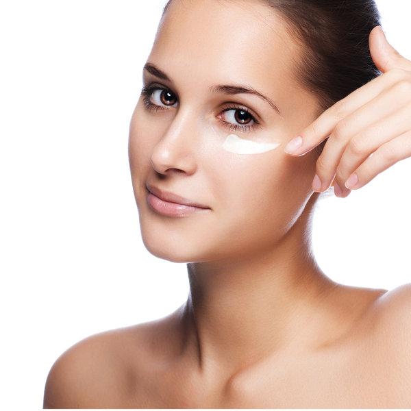 8. Skąd biorą się trendy w pielęgnacji cery?Większość ekspertów odpowie zgodnie, że z Azji. Przeciętna pielęgnacja cery Koreanki składa się z 22 kroków, comoże wyjaśniać, dlaczego jesteśmy tak zafascynowani tą częścią świata. Inne trendy biorą się z gabinetu dermatologa –specjaliści dobrze wiedzą, czego potrzeba skórze. Oto lista najlepszych kosmetyków do pielęgnacji skóry twarzy.