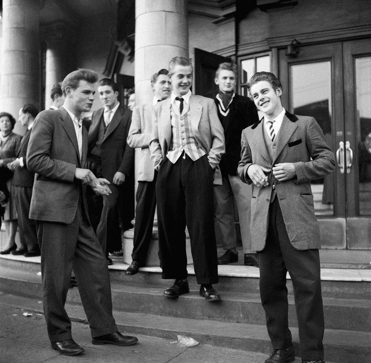 """Teddy boys – wywodząca się z Londynu powojenna subkultura brytyjskiej młodzieży z lat 50., ubiorem i samą nazwą nawiązująca do króla Edwarda VII (Teddy to zdrobnienie od imienia Edward), panującego w Wielkiej Brytanii na początku wieku XX. Noszono długie do kolan, aksamitne płaszcze, wzorzyste kamizelki, koszule z dużymi kołnierzami i spodnie """"rurki"""". Chłopcy pomadowali półdługie włosy, dziewczyny natomiast wiązały włosy w kucyki."""